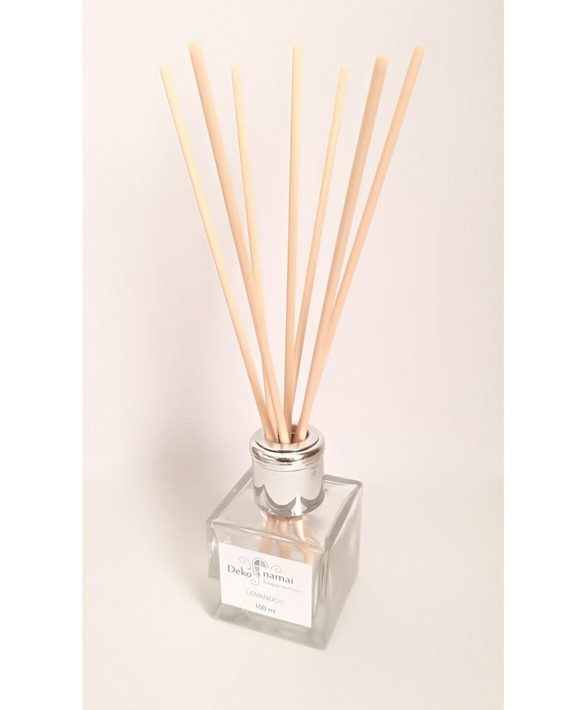 namųs kvapas su lazdelėmis